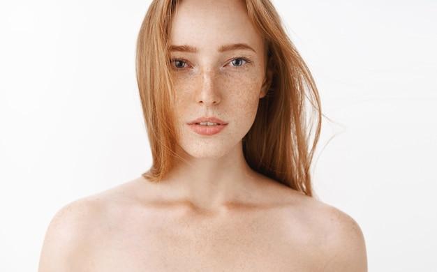 Nahaufnahme der sinnlichen weiblichen und attraktiven rothaarigen frau, die nackt mit leicht geöffnetem mund und verträumtem romantischem ausdruck steht und warmes bad nach der arbeit genießt Kostenlose Fotos