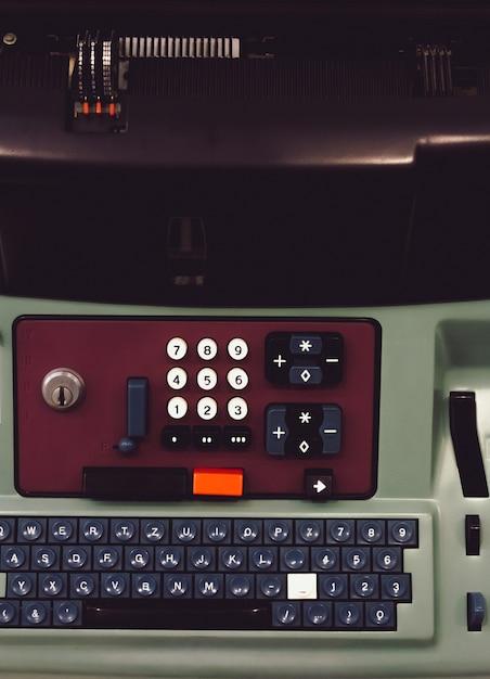 Nahaufnahme der tastatur einer maschine, einschließlich der zahlen und buchstaben Kostenlose Fotos