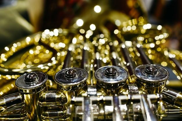 Nahaufnahme der tasten und ventile eines waldhorns Premium Fotos