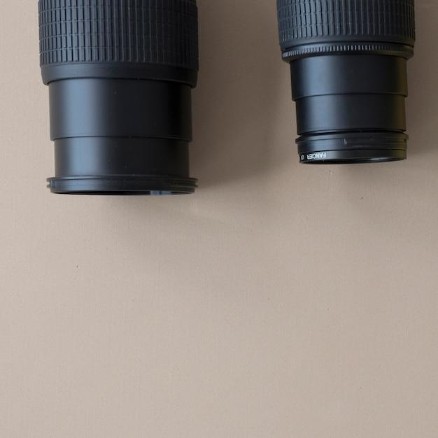 Nahaufnahme der unterschiedlichen berufskamera zwei auf braunem hintergrund Kostenlose Fotos