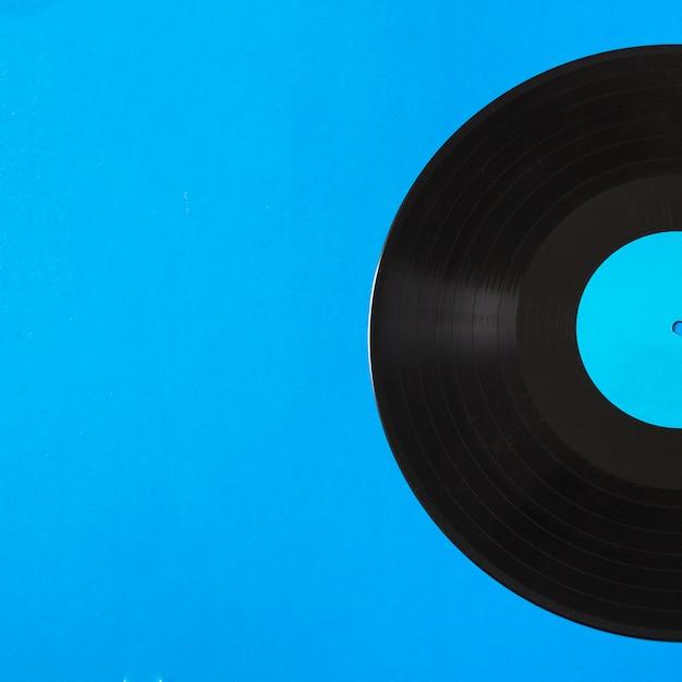 Nahaufnahme der vinylaufzeichnung auf blauem hintergrund Kostenlose Fotos