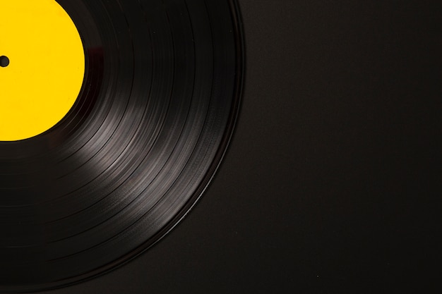 Nahaufnahme der vinylaufzeichnung auf schwarzem hintergrund Kostenlose Fotos