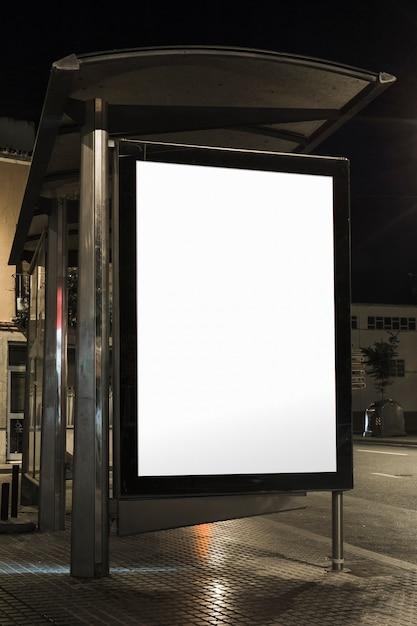 Nahaufnahme der wartehäuschenanschlagtafel nachts Kostenlose Fotos
