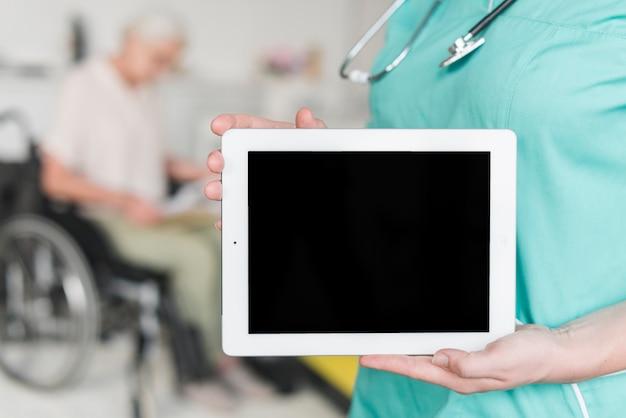 Nahaufnahme der weiblichen krankenschwester leeren bildschirm auf digitaler tablette zeigend Kostenlose Fotos