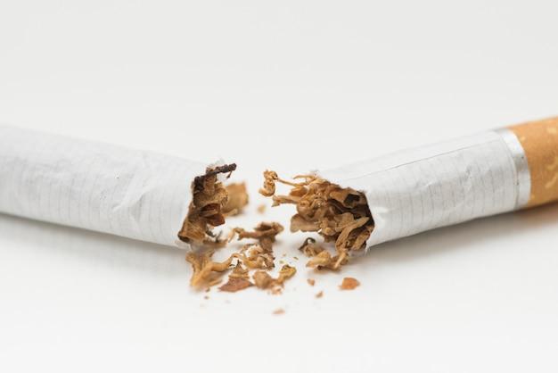 Nahaufnahme der zigarette und des tabaks auf weißem hintergrund Premium Fotos