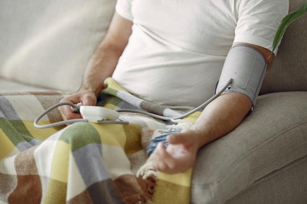 Nahaufnahme des älteren mannes 70-75 jahre alt, der den druck misst. mann, um ihren blutdruck zu messen. gesundheit und pflege. Kostenlose Fotos