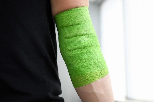 Nahaufnahme des athleten mit der schmerzenden hand im schwadenwickel Premium Fotos