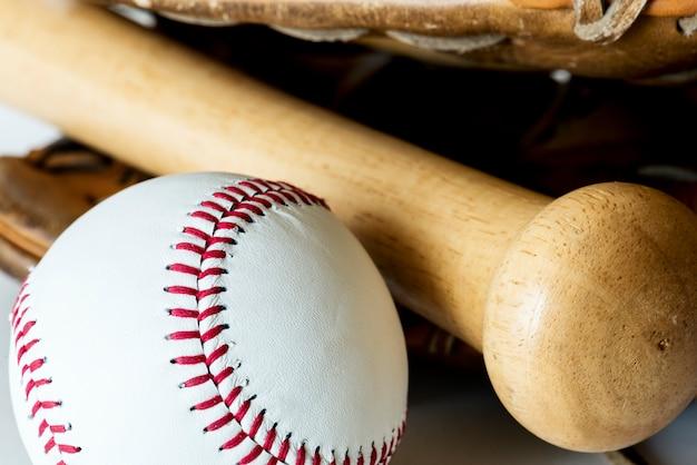 Nahaufnahme des baseballs und des schlägers Kostenlose Fotos
