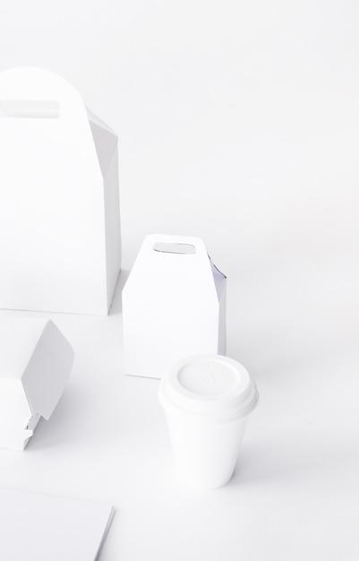 Nahaufnahme des beseitigung cup- und lebensmittelpaketspottes oben auf weißem hintergrund Kostenlose Fotos