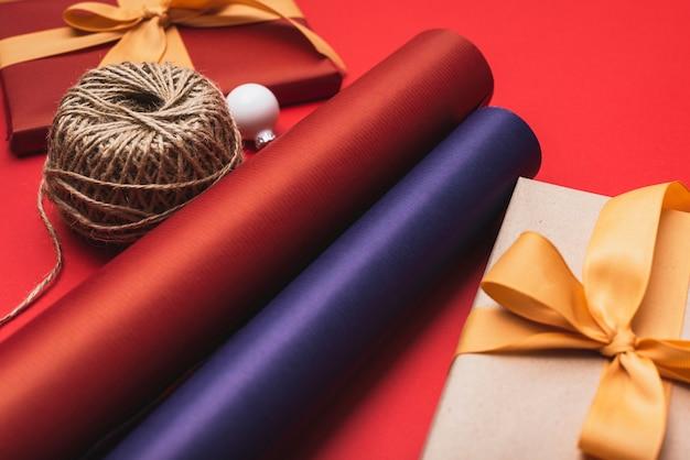 Nahaufnahme des bunten packpapiers für weihnachten Kostenlose Fotos