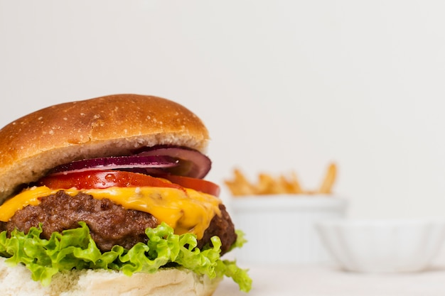 Nahaufnahme des burgers mit pommes-frites Kostenlose Fotos