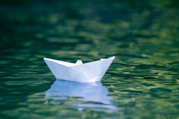 Nahaufnahme des einfachen kleinen weißen origamipapierbootes Premium Fotos