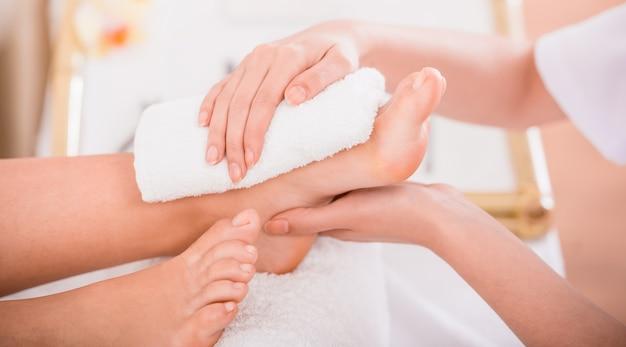 Nahaufnahme des entspannungspediküreprozesses im badekurortsalon. Premium Fotos