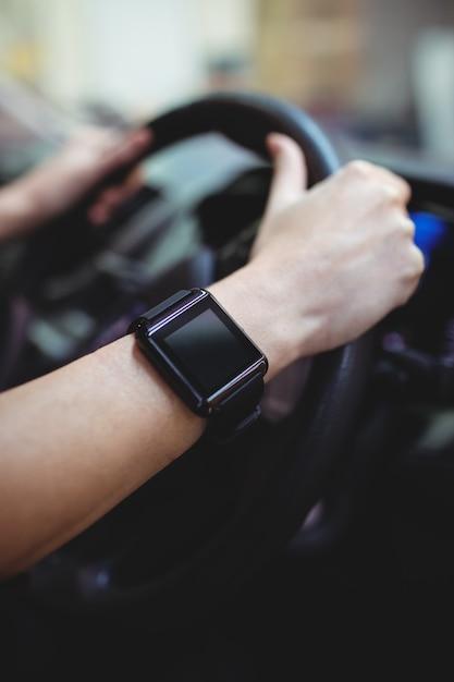 Nahaufnahme des fahrers mit smartwatch in van Premium Fotos