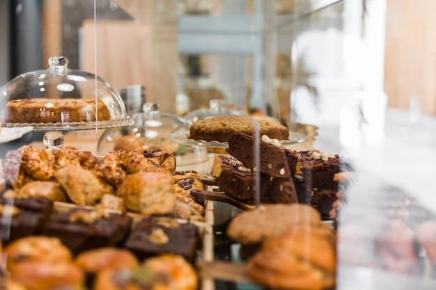 Nahaufnahme des frischen gebackenen lebensmittels in der bäckerei Kostenlose Fotos