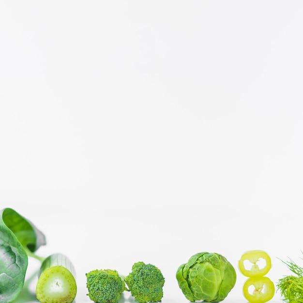 Nahaufnahme des frischen grünen gemüses auf weißer oberfläche Kostenlose Fotos