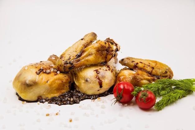 Nahaufnahme des gegrillten Huhns mit Tomate und Dill Kostenlose Fotos