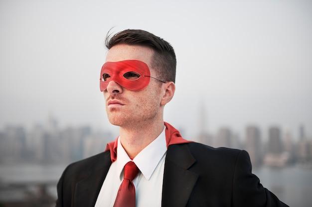 Nahaufnahme des geschäftsmannes rotes superheldkostüm tragend Kostenlose Fotos