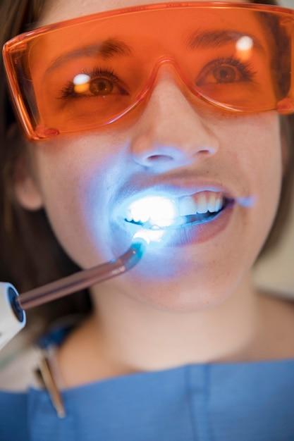 Nahaufnahme des gesichtes einer frau, das zahnmedizinische behandlung durchläuft Kostenlose Fotos