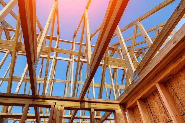 Nahaufnahme des giebeldaches auf stock errichtete im bau nach hause und blauem himmel Premium Fotos