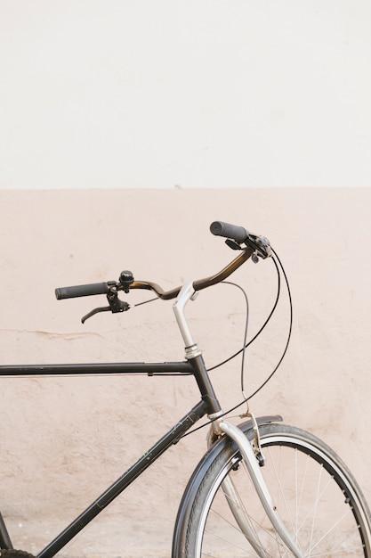 Nahaufnahme des griffs eines zyklus vor zweifarbiger wand Kostenlose Fotos