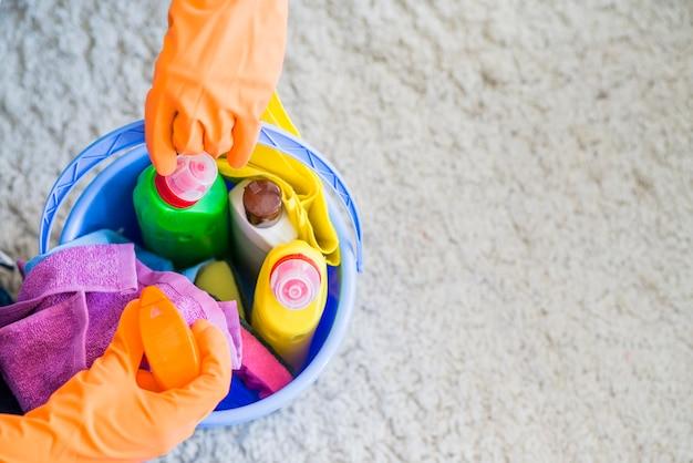 Nahaufnahme des hausmeisters reinigungsmittel vom eimer nehmend Kostenlose Fotos
