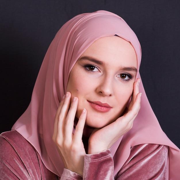 Nahaufnahme des jungen eleganzfrau tragenden hijab, das kamera betrachtet Kostenlose Fotos