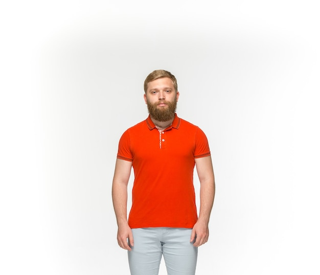 Nahaufnahme des körpers des jungen mannes im leeren roten t-shirt lokalisiert auf weiß. Kostenlose Fotos