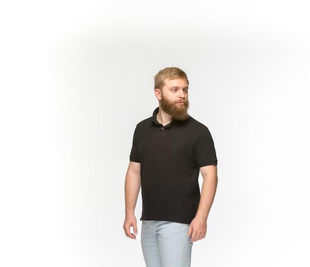 Nahaufnahme des körpers des jungen mannes im leeren schwarzen t-shirt lokalisiert auf weißem hintergrund. Kostenlose Fotos