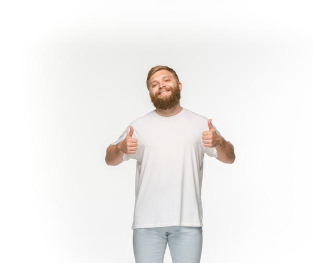 Nahaufnahme des körpers des jungen mannes im leeren weißen t-shirt lokalisiert auf weiß Kostenlose Fotos