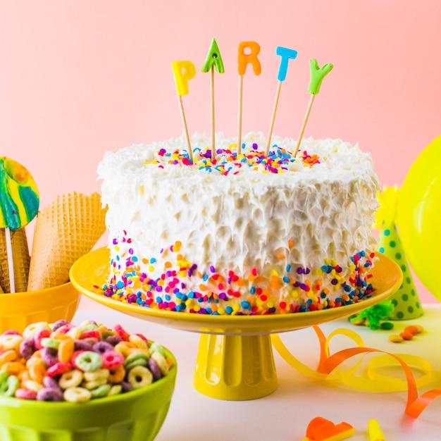 Nahaufnahme des köstlichen partykuchens mit schüssel der froschschleife Kostenlose Fotos