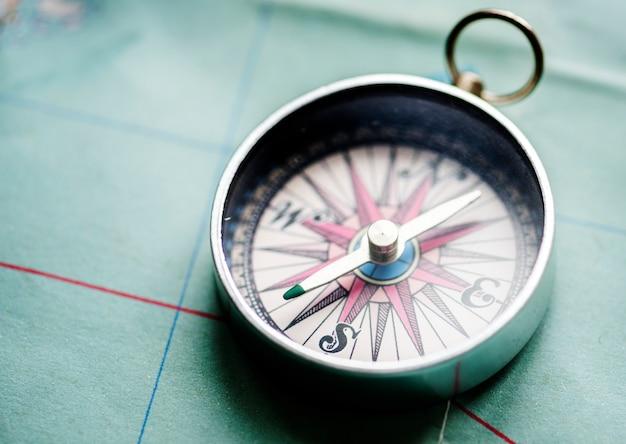 Nahaufnahme des kompassses auf der karte Kostenlose Fotos