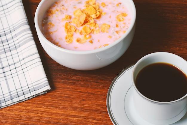 Nahaufnahme des kontinentalen frühstücks Premium Fotos