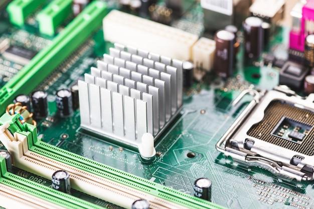 Nahaufnahme des kühlkörper- und cpu-sockels auf computermotherboard Kostenlose Fotos