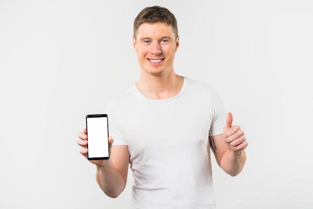 Nahaufnahme des lächelnden jungen mannes, der in der hand beweglich zeigt daumen herauf zeichen hält Kostenlose Fotos