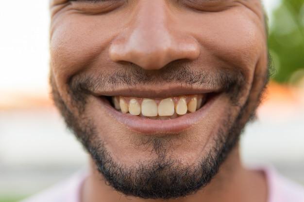 Nahaufnahme des lächelnden männlichen gesichtes Kostenlose Fotos