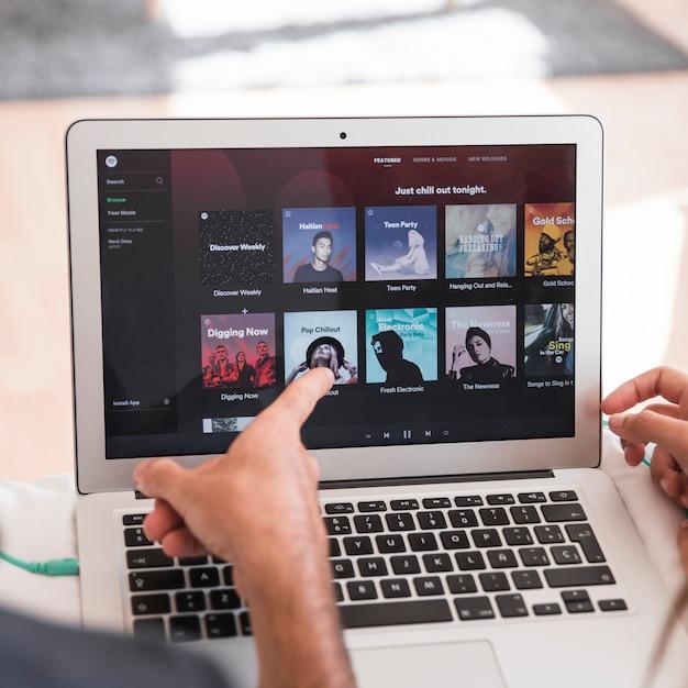 Nahaufnahme des laptops mit spotify-app Kostenlose Fotos