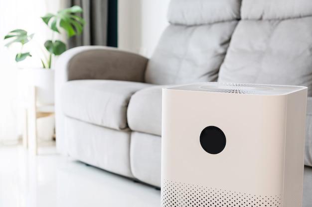 Nahaufnahme des luftreinigers im wohnzimmer zu hause für das wohlbefinden, das frische luft atmet Premium Fotos