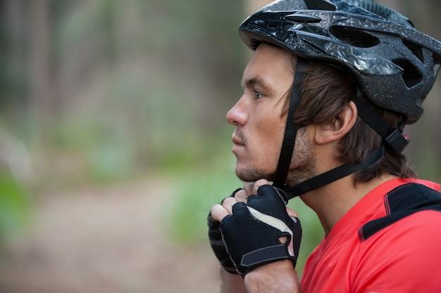 Nahaufnahme des männlichen mountainbikers, der fahrradhelm trägt Premium Fotos