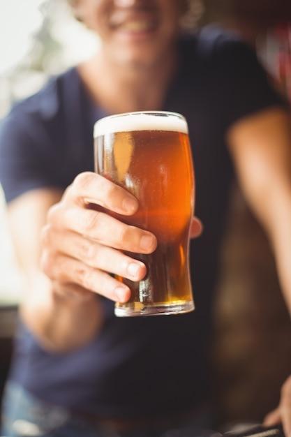 Nahaufnahme des mannes, der glas bier hält Kostenlose Fotos