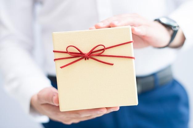 Nahaufnahme des mannes geschenkbox halten Kostenlose Fotos
