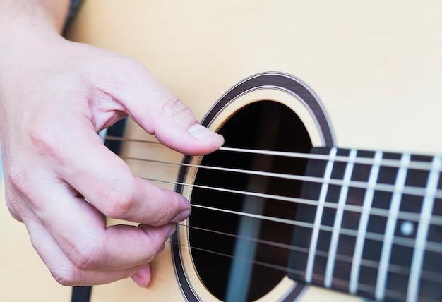 Nahaufnahme des mannes gitarre spielend Kostenlose Fotos