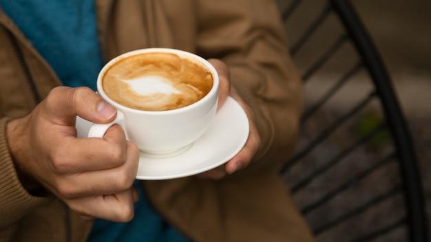 Nahaufnahme des mannes kaffeetasse halten Kostenlose Fotos
