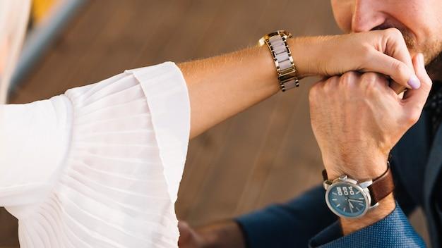 Nahaufnahme des mannes küssend auf der hand ihrer freundin Kostenlose Fotos