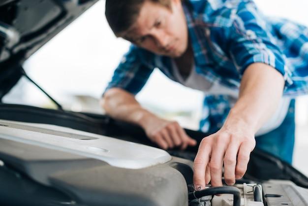 Nahaufnahme des mannes motor reparierend Kostenlose Fotos