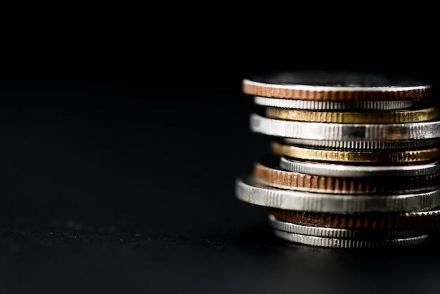 Nahaufnahme des münzenstapels lokalisiert auf schwarzem hintergrund Kostenlose Fotos