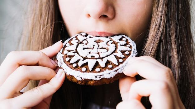 Nahaufnahme des mundes des mädchens eiscremeplätzchen essend Kostenlose Fotos