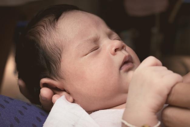 Nahaufnahme des neugeborenen schlafes des gesichtes, weinlese Premium Fotos