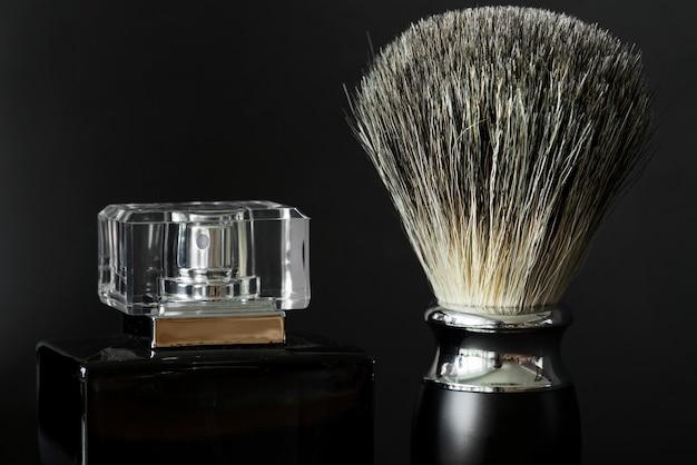 Nahaufnahme des rasierpinsels und -parfüms Kostenlose Fotos