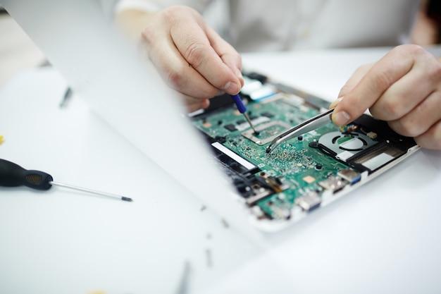 Nahaufnahme des reparierens des auseinandergebauten laptops Kostenlose Fotos